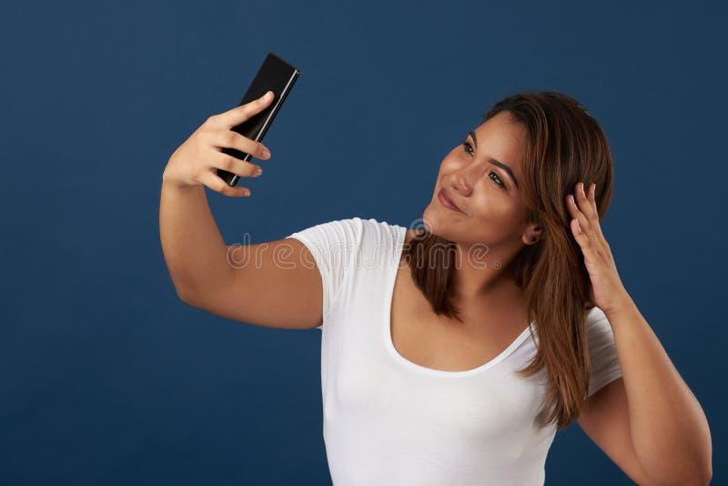 Selfie de sorriso da tomada da menina imagem de stock royalty free