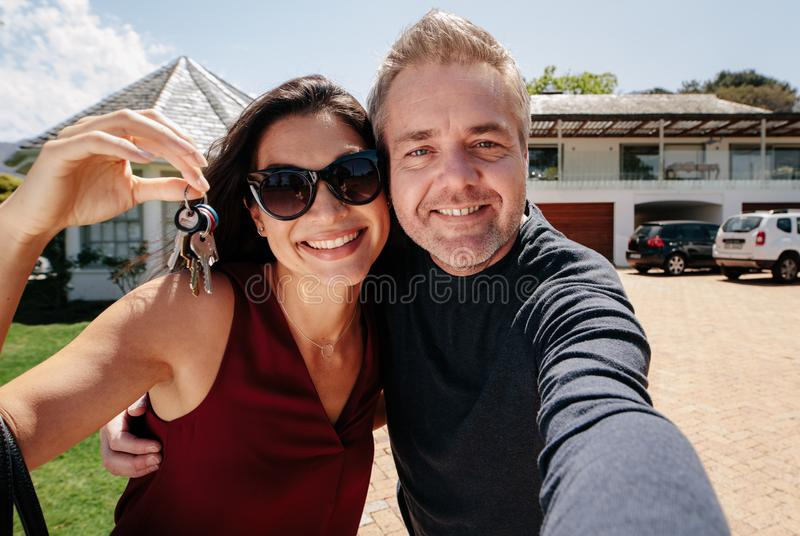 Selfie de un par con llaves del nuevo hogar fotos de archivo libres de regalías