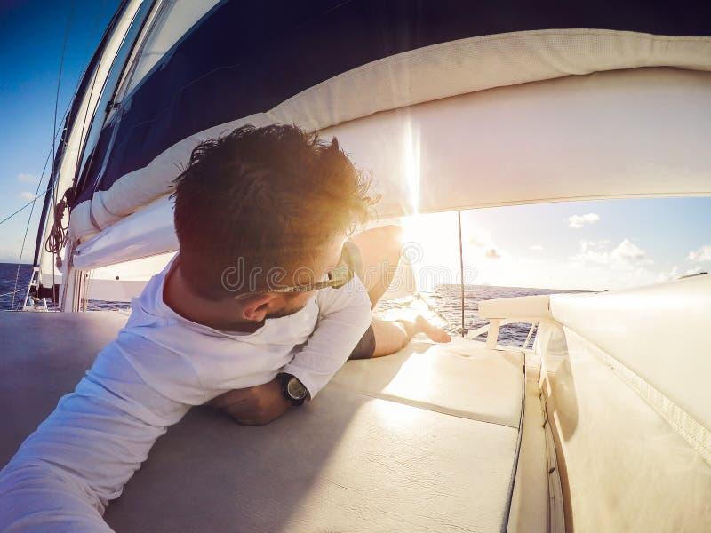 Selfie de vacances sur le catamaran de yacht de navigation images libres de droits