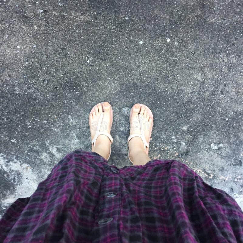 Selfie dei piedi della donna sul pavimento fotografie stock libere da diritti