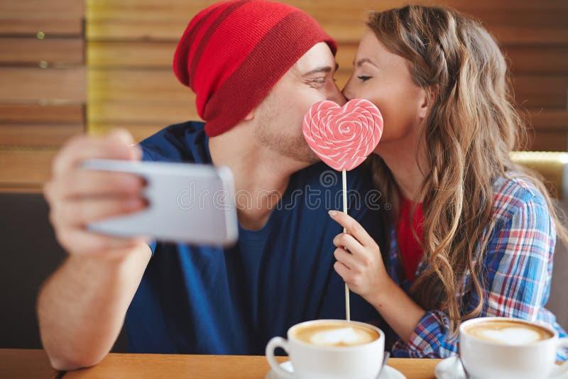 Selfie del beso feliz fotos de archivo