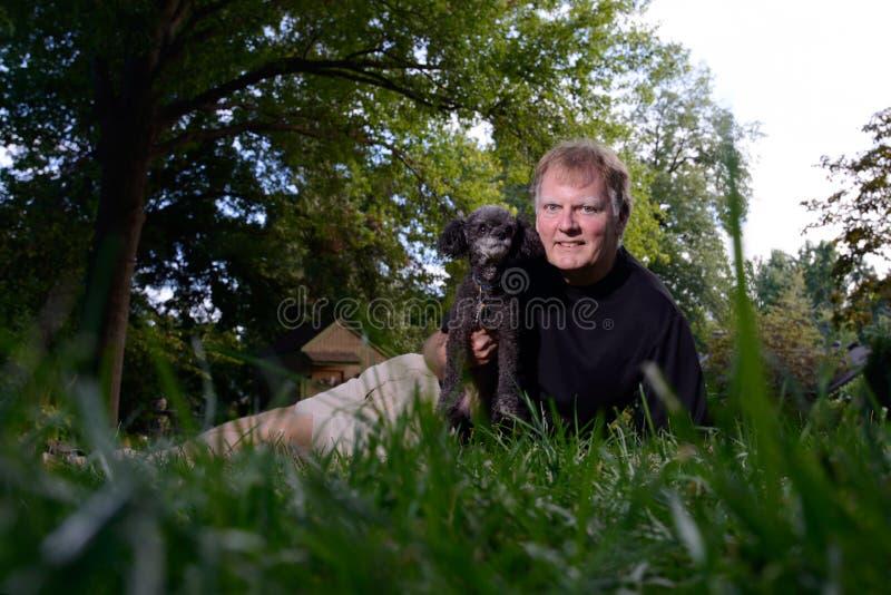 Selfie del cane di animale domestico della tenuta dell'uomo fotografie stock libere da diritti