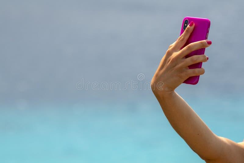 Selfie della donna sulla spiaggia polinesiana tropicale fotografie stock libere da diritti