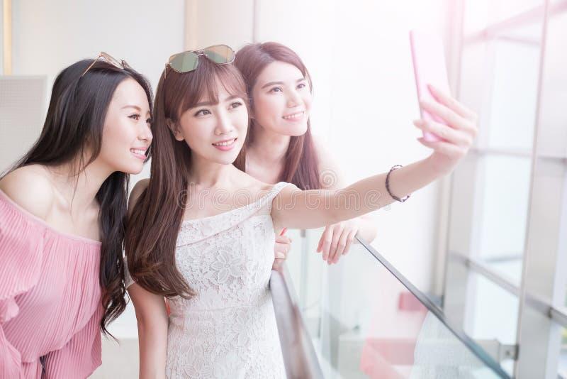 Selfie delle donne in centro commerciale fotografia stock libera da diritti