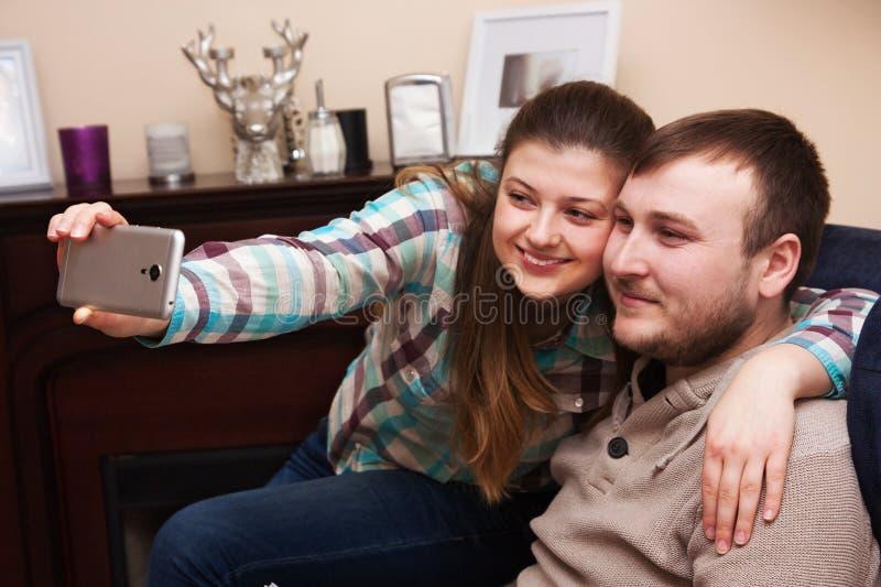 Selfie den hemmastadda familjen royaltyfri fotografi