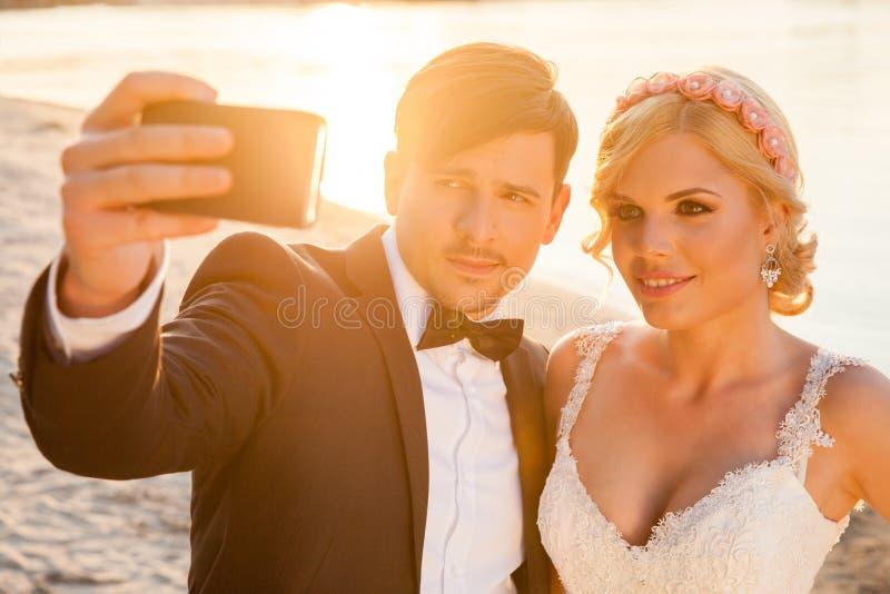 Selfie des jeunes mariés photo libre de droits
