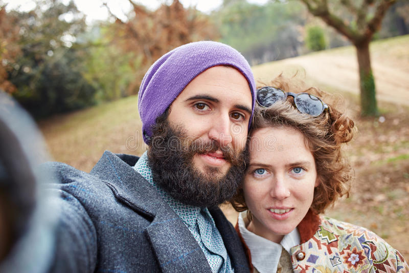 Selfie di giovane coppia dei pantaloni a vita bassa immagini stock libere da diritti