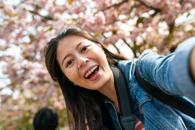 Selfie di presa femminile asiatico e guardare eccitato fotografie stock