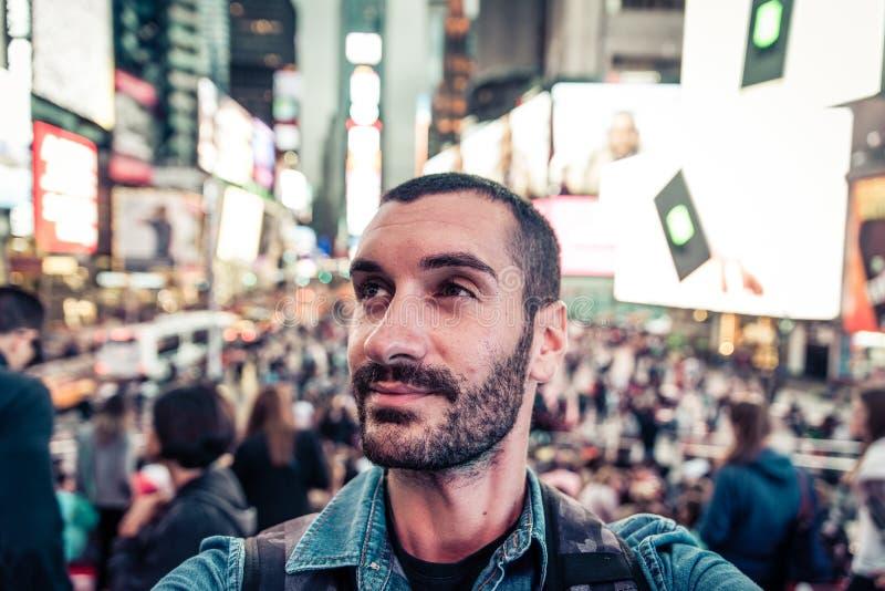 Selfie di presa turistico di viaggiatore con zaino e sacco a pelo nel quadrato di tempo immagine stock