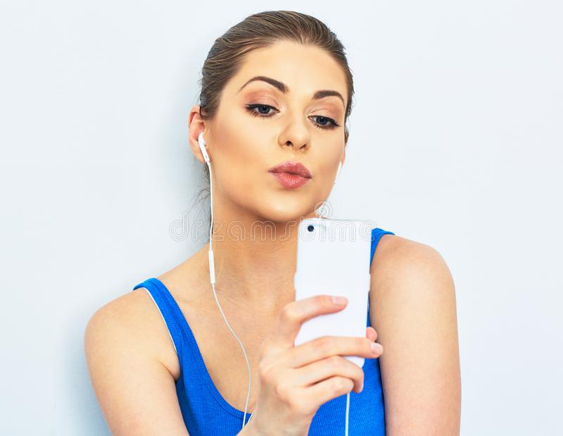 Selfie do beijo no telefone celular Retrato da jovem mulher fotos de stock royalty free