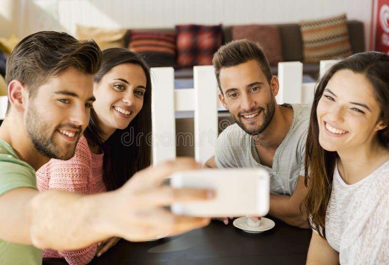 Selfie do grupo na cafetaria fotos de stock royalty free