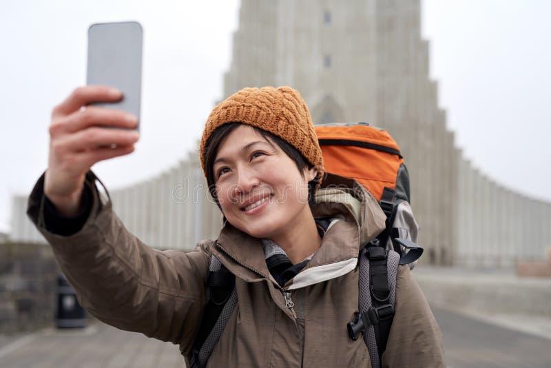 Selfie do turista do mochileiro com telefone celular foto de stock royalty free
