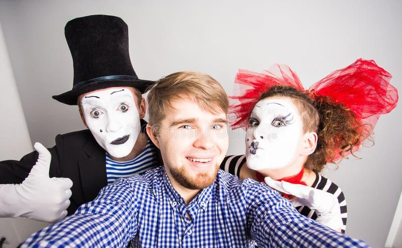 Selfie drôle de type avec des pantomimes, concept de jour d'imbéciles d'avril images stock
