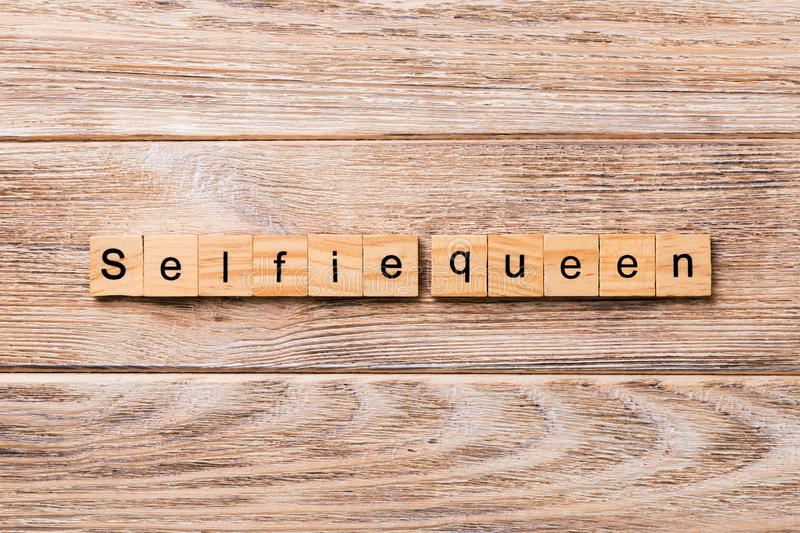 Selfie drottningord som är skriftligt på träsnittet Selfie drottningtext på trätabellen för din desing, begrepp arkivfoton