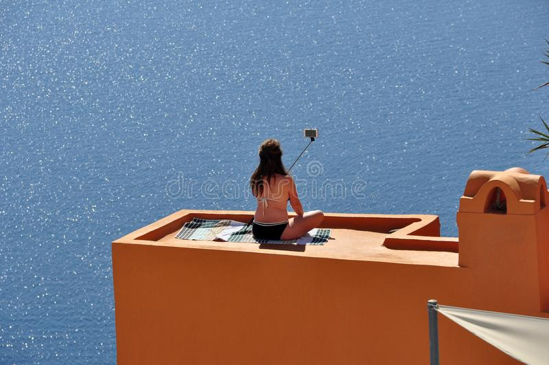 Selfie en la isla de Santorini Grecia foto de archivo