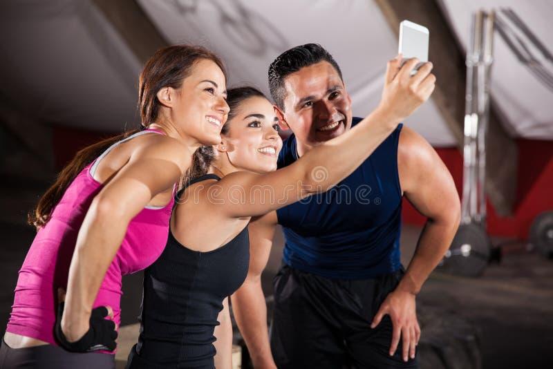 Selfie en un gimnasio del cruz-entrenamiento imágenes de archivo libres de regalías