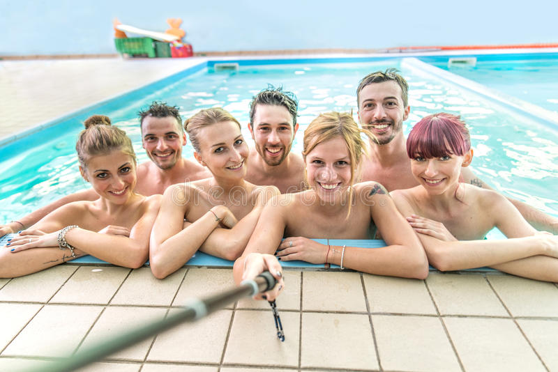 Selfie en una piscina imágenes de archivo libres de regalías