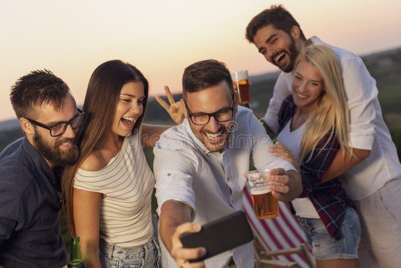 Selfie extérieur de partie d'été image libre de droits