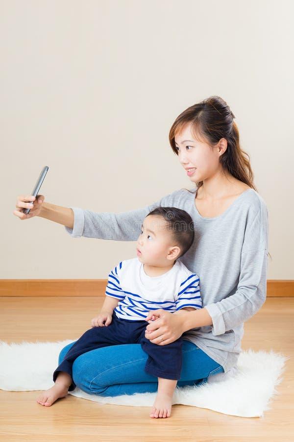 Selfie för Asien moder- och sontagande arkivfoto