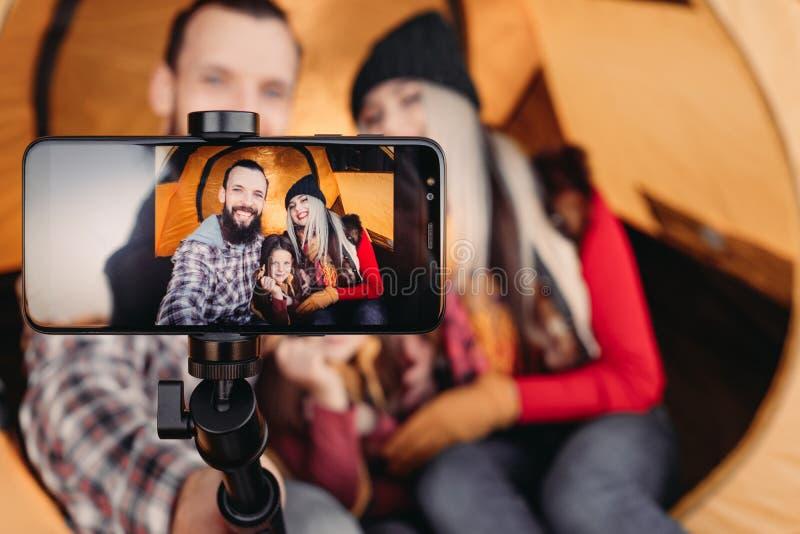 Selfie för kamera för smartphone för höstturismfamilj arkivfoto