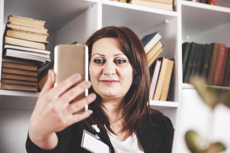Selfie för telefon för hand för affärskvinna royaltyfria bilder