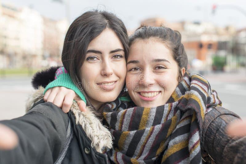 Selfie för två kvinnavänner i gatan arkivfoton