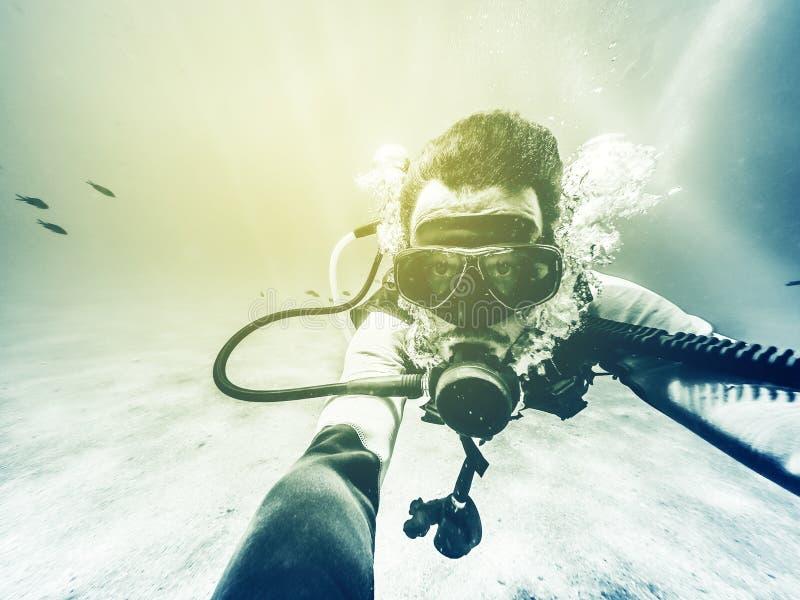 Selfie för undervattens- dykare Tappningeffekt arkivbilder