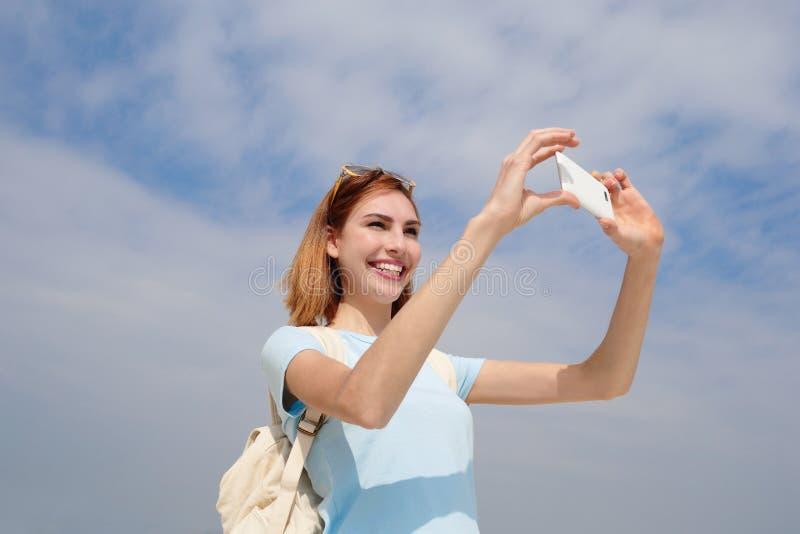 Selfie felice della presa della donna di viaggio fotografia stock