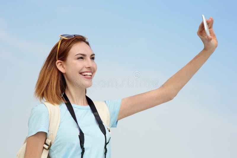 Selfie felice della presa della donna di viaggio immagine stock