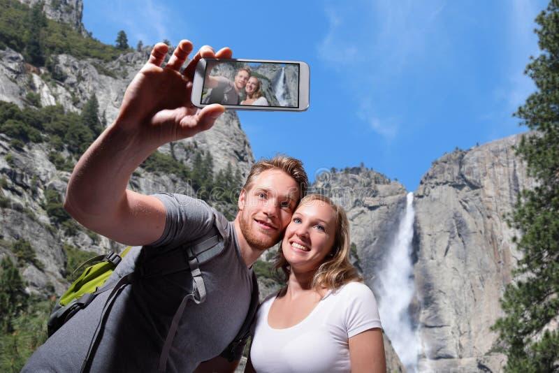 Selfie felice delle coppie in yosemite immagine stock