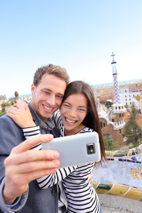 Selfie feliz dos pares do curso, parque Guell, Barcelona fotos de stock