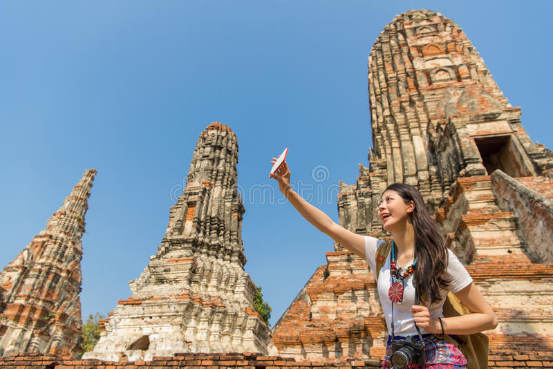 Selfie flicka som tar mobiltelefonfotoet arkivfoton