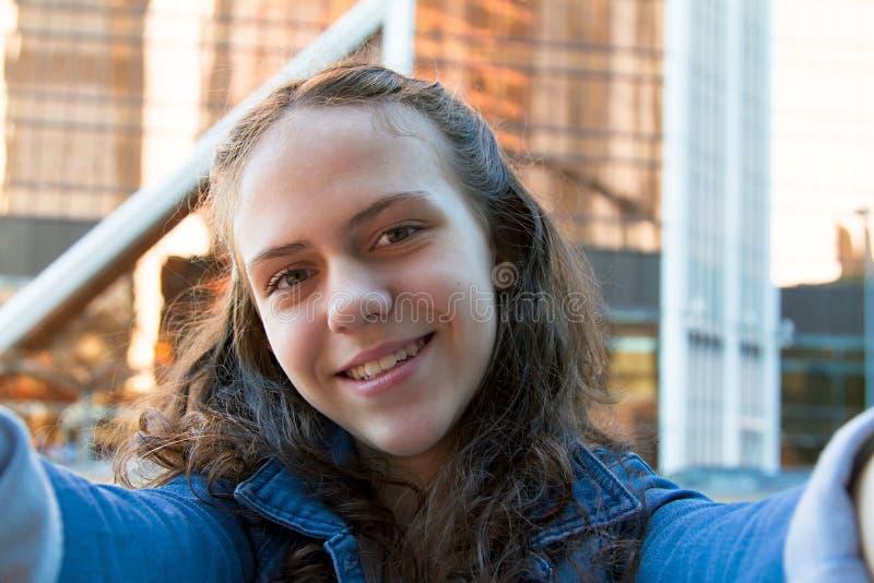 Selfie foto av att le studentflickan i en storstad royaltyfria foton