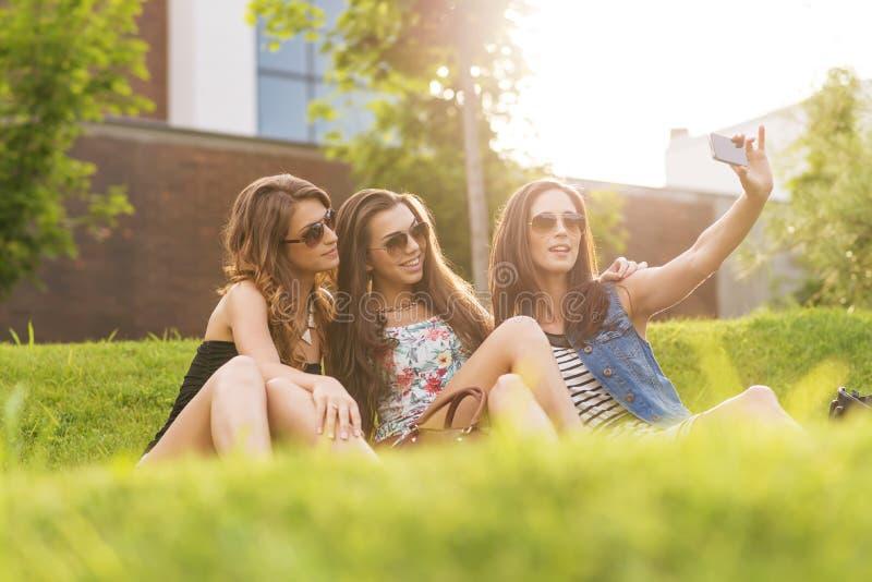 Selfie-Foto hübsche Frau 3, die das schöne Wetter auf dem Gras genießt stockbild