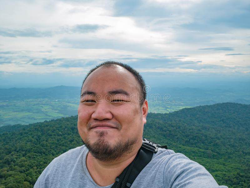 Selfie fotografia azjatykci gruby trekker na Khao Luang górze w Ramkhamhaeng parku narodowym obrazy royalty free