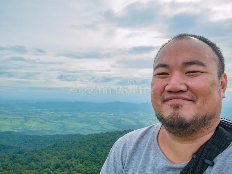 Selfie fotografia azjatykci gruby trekker na Khao Luang górze w Ramkhamhaeng parku narodowym zdjęcia royalty free