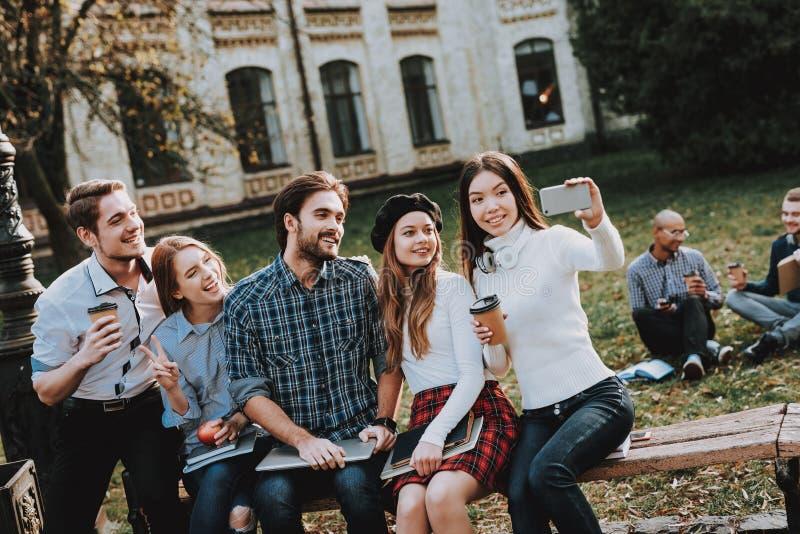 Selfie god mood Bärbar dator kunskap study tillsammans arkivfoto