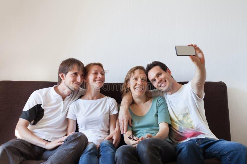 Selfie, groep vrienden die foto van zich nemen stock foto's