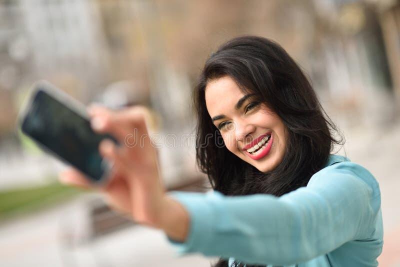 Selfie hermoso de la mujer joven en el parque foto de archivo