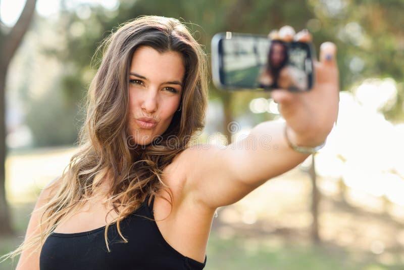 Selfie hermoso de la mujer joven en el parque imagen de archivo