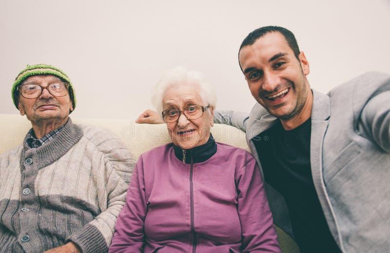 Selfie heureux de famille avec des grands-parents images stock