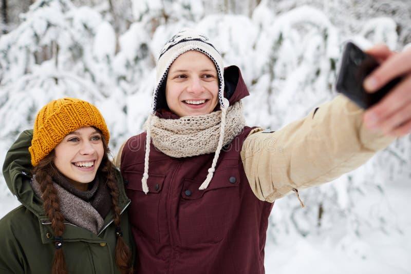 Selfie i vinter parkerar royaltyfri fotografi
