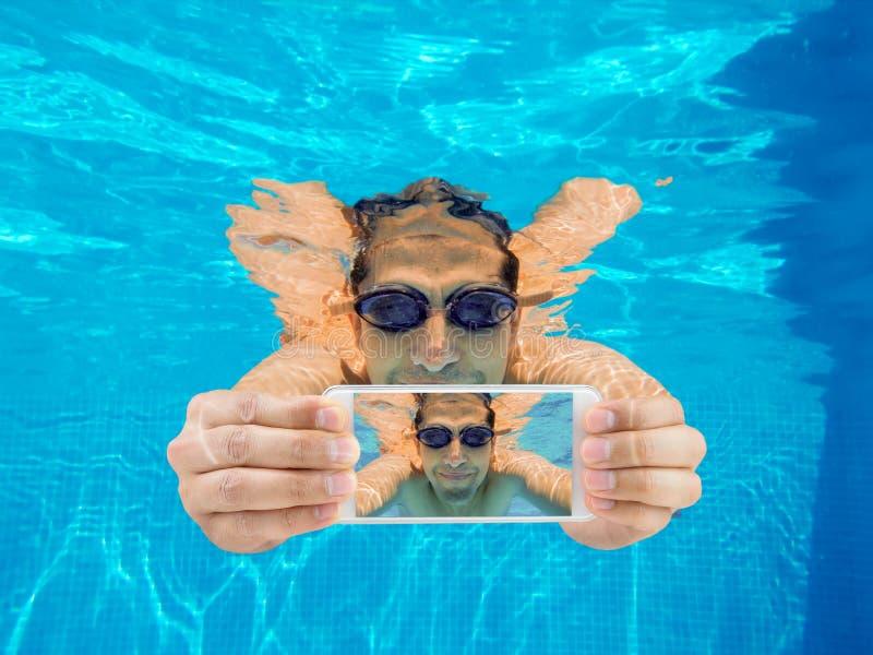 Selfie im Pool lizenzfreies stockfoto