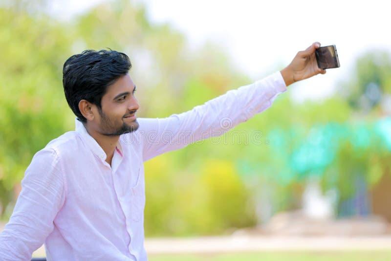 Selfie indien de clic d'homme avec le mobile photographie stock
