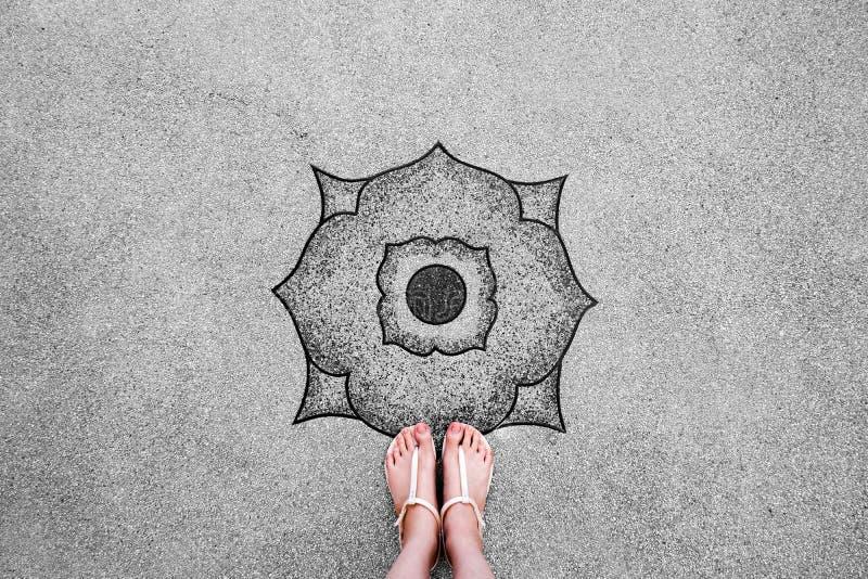 Selfie Jonge Vrouw van Voeten in Manierschoenen op Concrete Vloer De mooie Meisje Status is Voet & Slanke Benen die van hierboven stock afbeelding