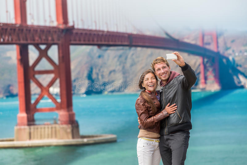 Selfie joven feliz San Francisco de los turistas de los pares imagen de archivo