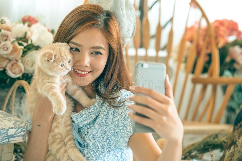 Selfie kot z śliczną małą dziewczynką fotografia stock