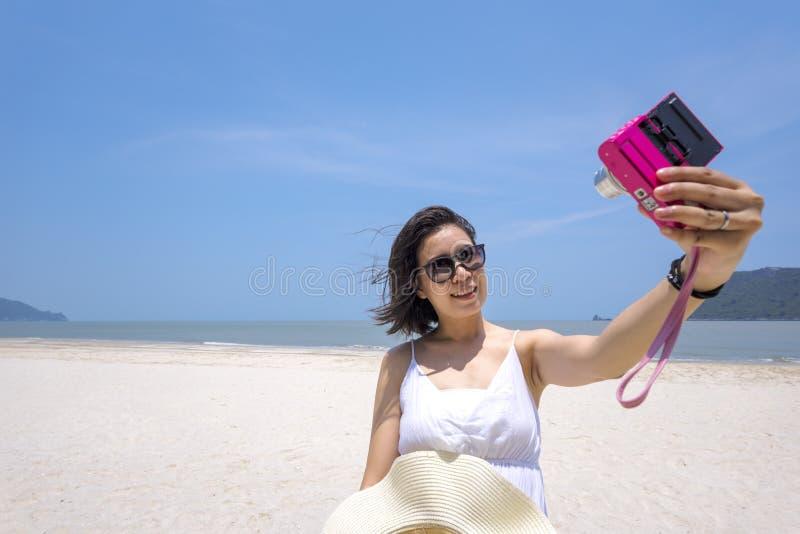 Selfie, Młoda Azjatycka kobieta bierze jaźń portret na plaży fotografia royalty free