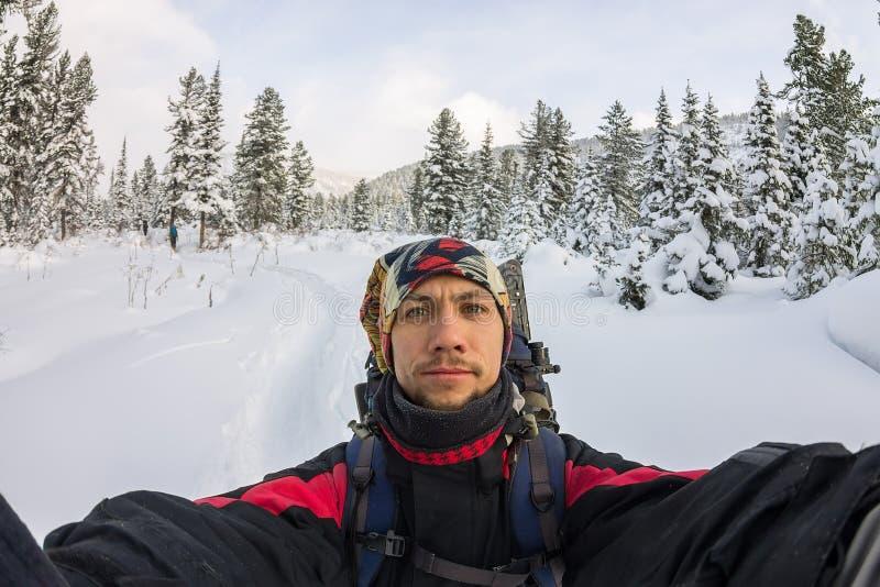 Selfie man med ett skägg i en bandana på hans huvud i en vandring i th royaltyfri fotografi