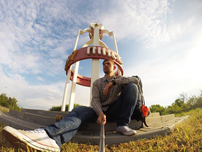 Selfie mania Młody facet bierze selfie na kamerze fotografia royalty free